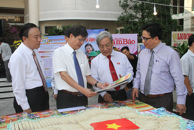 Leaders of Khanh Hoa Province contemplating displayed publications at festival