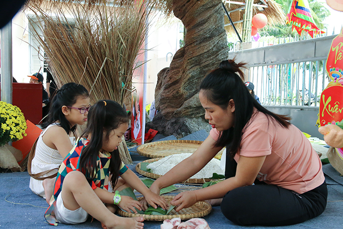 """Children learn to make """"Chưng"""" and """"Tét"""" cakes"""