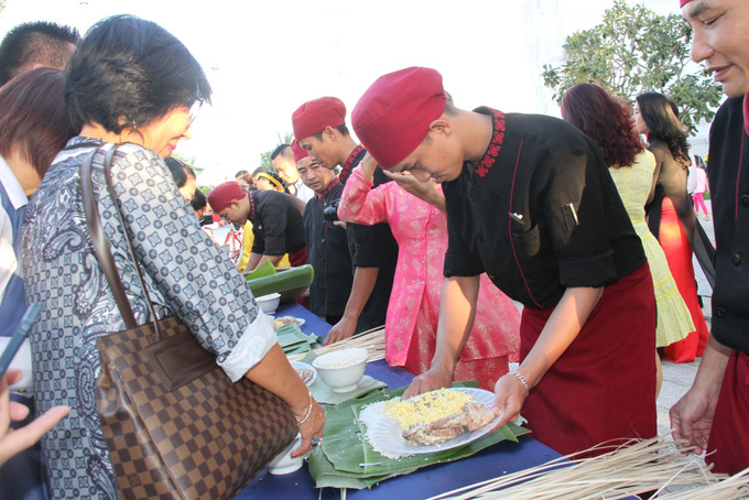 """Champa Island staff teaching participants to wrap """"Tét"""" cakes"""