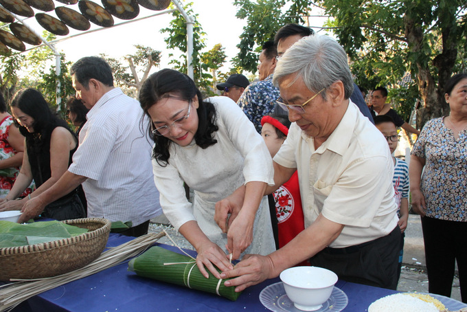 Head of the National Assembly Delegation of Khanh Hoa Province and Deputy Chairman of Khanh Hoa Provincial People's Council Le Xuan Than and his wife joining activity