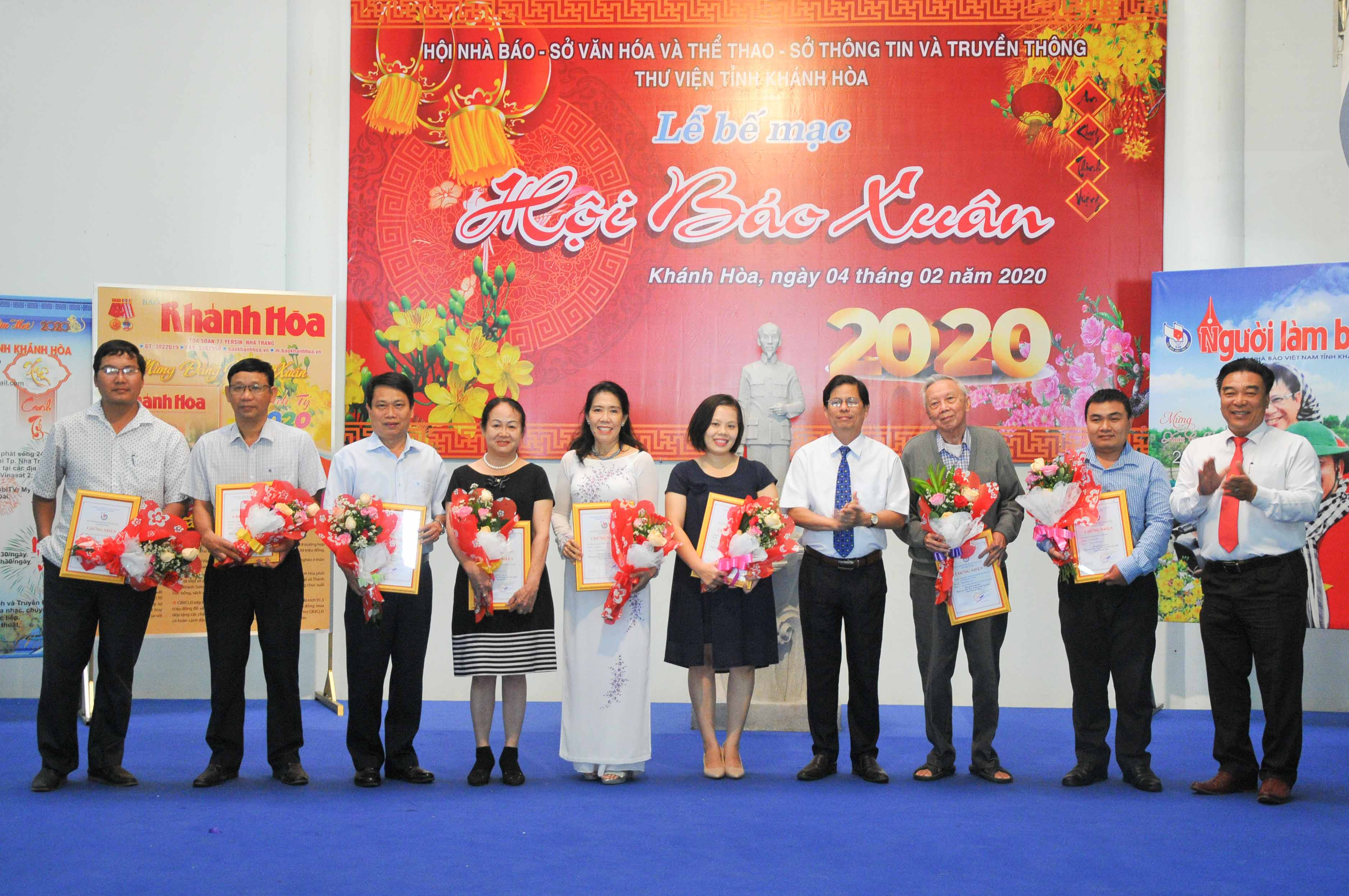 Nguyen Tan Tuan (fourth from right) and leader of Khanh Hoa Province's Journalists' Association offering prizes to journalists with excellent works