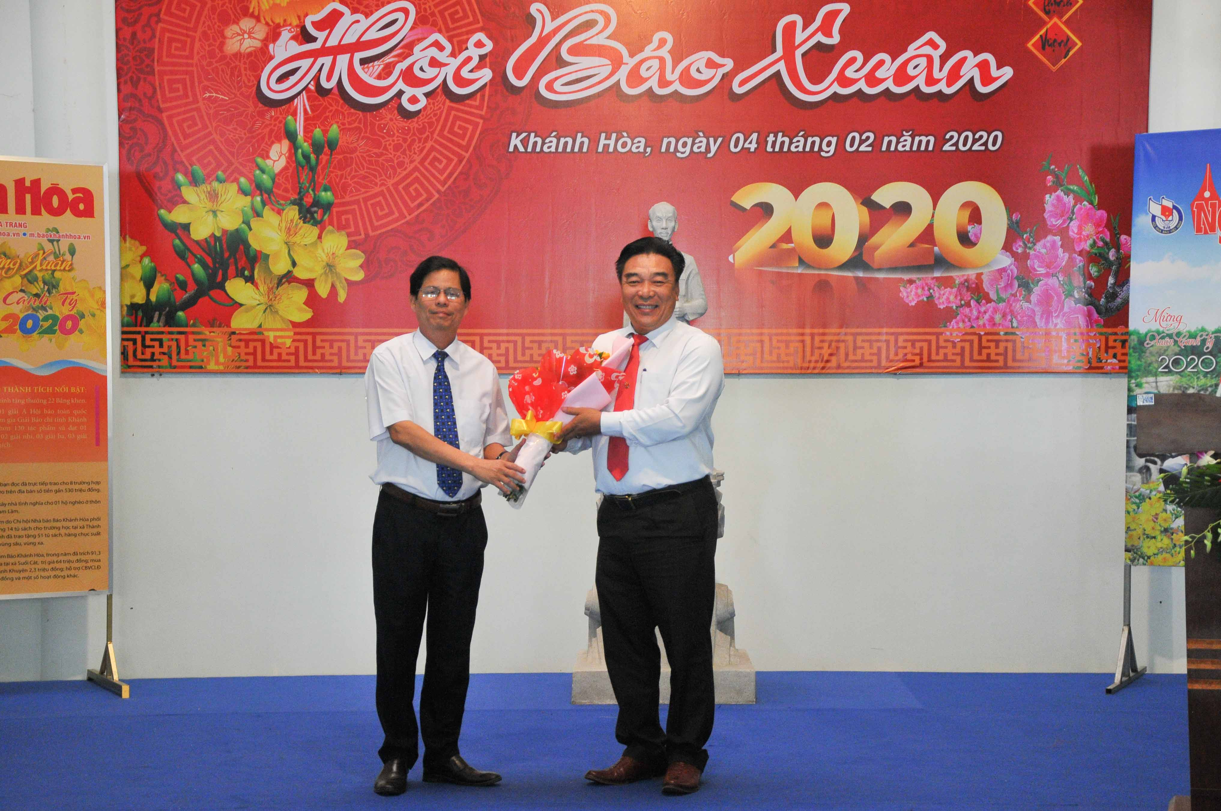 Leader of Khanh Hoa Province presenting flowers to organizer of 2020 Spring Newspaper Festival