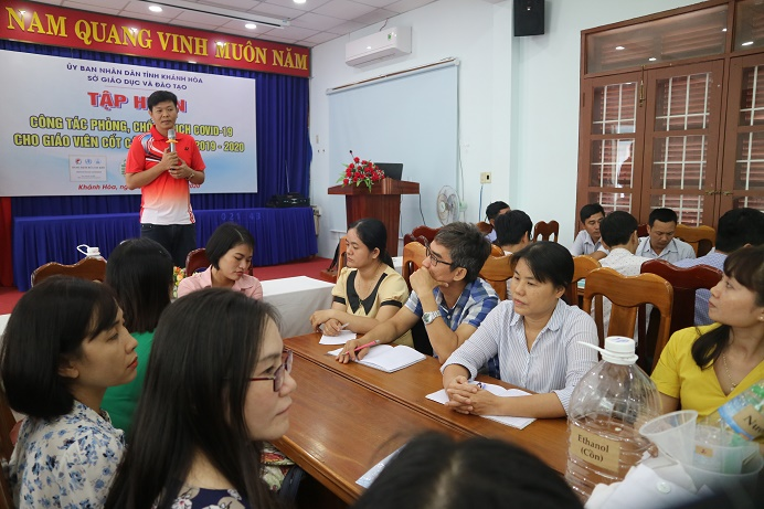 Teacher Pham Vu Thanh An, representative of Seeds of Hope, noted about some information on making hand sanitizer