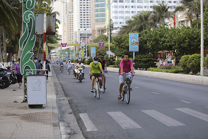 Riding bicycles on Tran Phu Street
