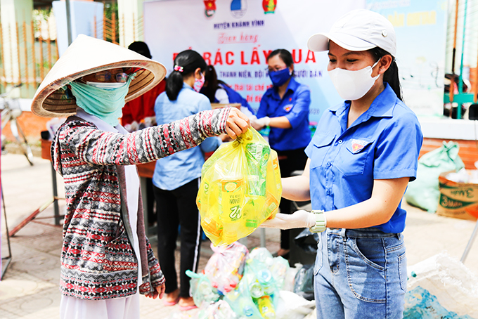 Giving gifts in exchange for plastic waste