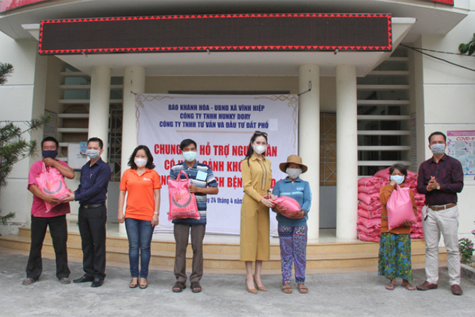 Khanh Hoa Newspaper and other sponsors donate 200 gifts to the needy