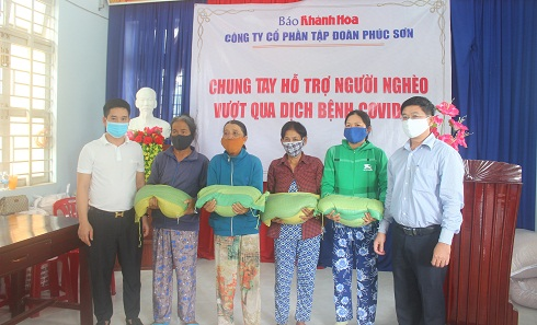 Khanh Hoa Newspaper and Phuc Son Group donate 600 gifts to the poor