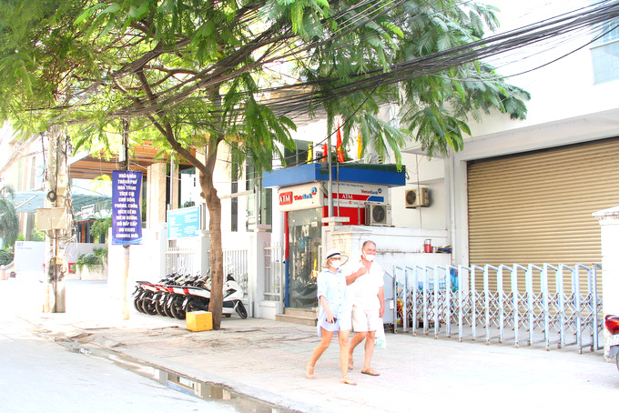 Some remaining foreign tourists in Nha Trang