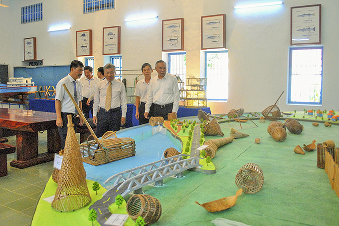 Deputy Minister of Agriculture and Rural Development Phung Duc Tien (right side) visits fishing tackle museum in 2019