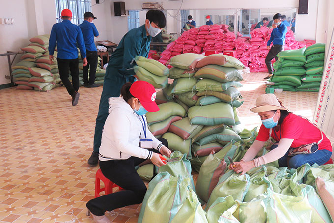 By the afternoon of April 23, program was given over 8 tons of rice.