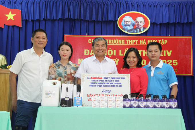 Offering automatic hand sanitizer dispensers and hand sanitizer to schools in Nha Trang