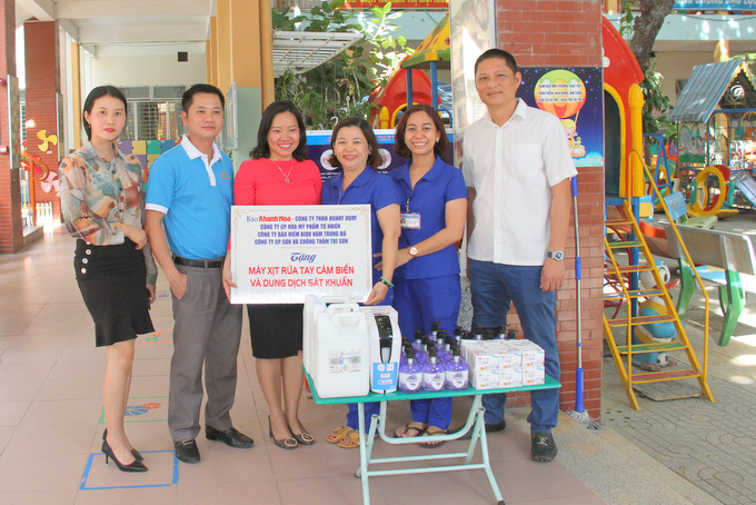 Units offering gifts to Ly Tu Trong Nursery School