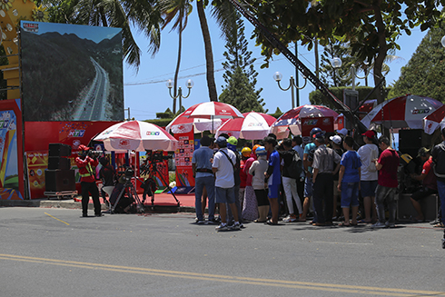 People in Nha Trang waiting for 2020 HTV Cup cyclists