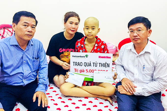 Leaderships of Khanh Hoa Newspaper and Vietcombank Nha Trang offering money to Huyen's family