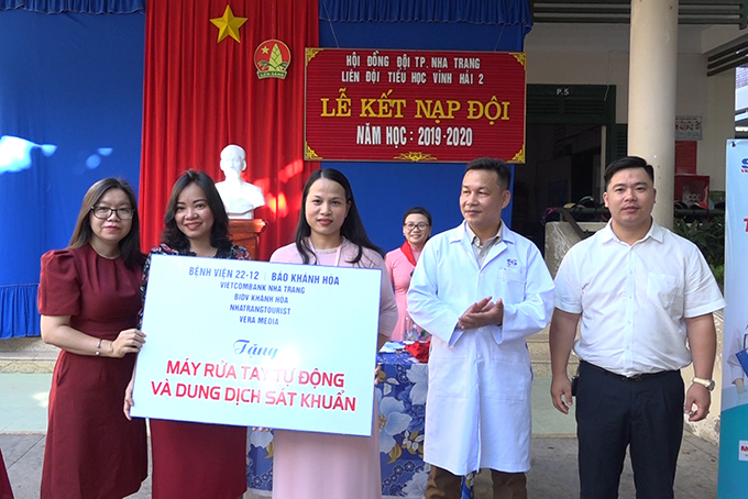 Units offering gifts to Vinh Hai 2 Primary School