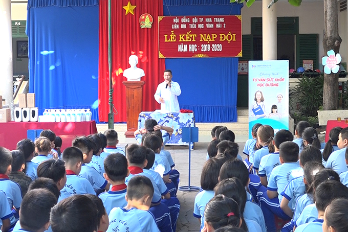 Doctor offers health advice to pupils