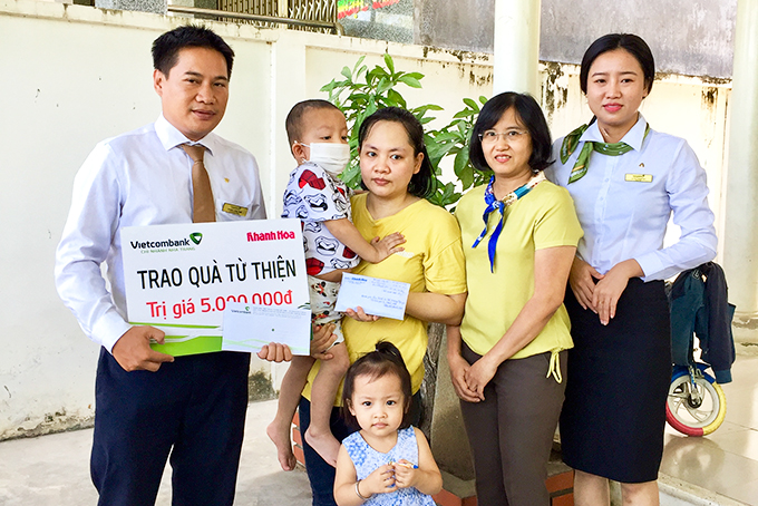 Representatives of Khanh Hoa Newspaper and Vietcombank Nha Trang offering money to Nguyen's family