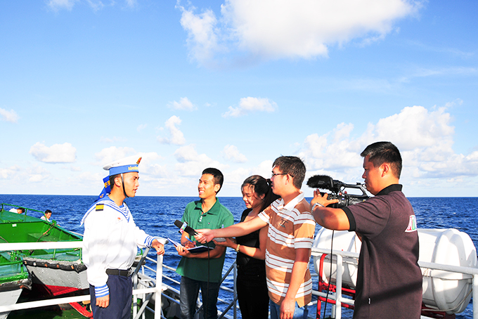Members of Khanh Hoa Journalists' Association working on a mission to Truong Sa (Spratly) archipelagoes