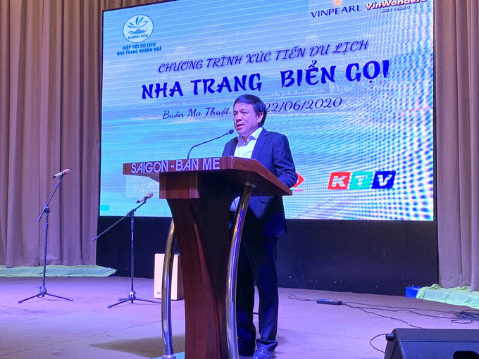 Hoang Van Vinh, chairman of Nha Trang - Khanh Hoa Tourism Association, speaking at meeting with tourism businesses in Dak Lak Province.