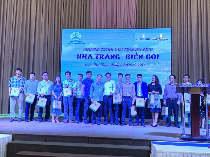 Khanh Hoa caravan group offering gifts to Dak Lak tourism businesses