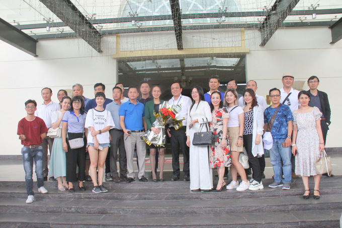 Tourism businesses of Da Lat City offering flowers to Khanh Hoa caravan group