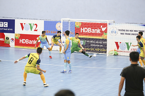 Captain Mi-Woen (No. 8) of Cao Bang scores from a fixed situation in match with S.SKH