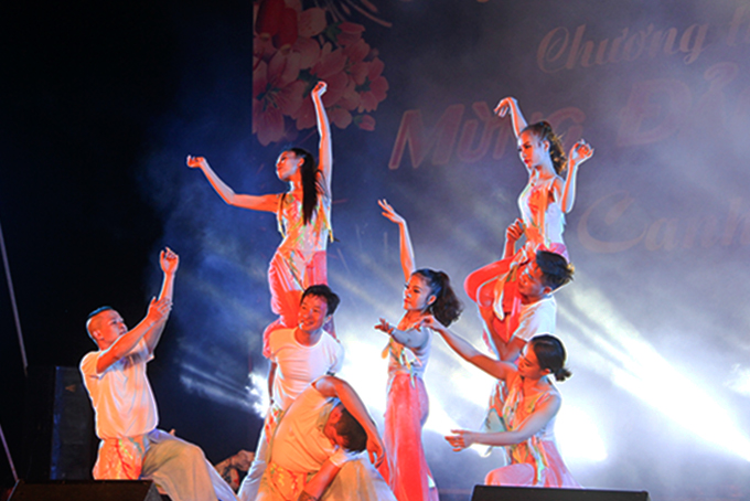 A performance of Hai Dang Song and Dance Troupe at 2-4 Square.