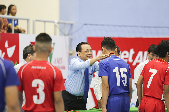 Le Huu Hoang offering gold medal to Nha Trang University players