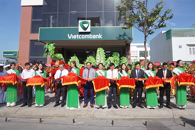 Representatives cutting ribbons at opening ceremony of new office of Phuoc Hai Transaction Office