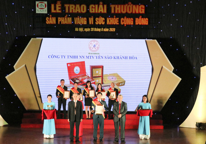 "Khanh Hoa Salanganes Nest Company is given ""Golden product for public health 2020"" award"