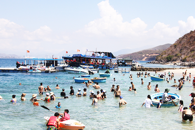 Tourists like sea and islands in Nha Trang.