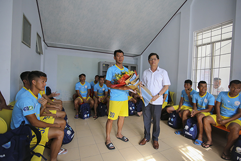 Nguyen Tan Tuan offering gift and flowers to S.KH-BVN captain