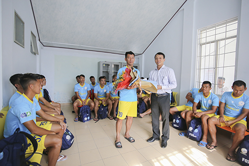 Leader of Khanh Hoa Provincial Department of Culture and Sports giving flowers to S.KH-BVN captain