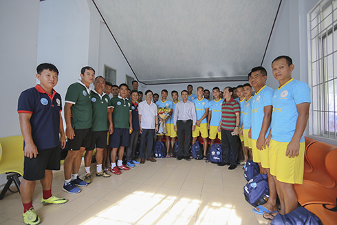 Nguyen Tan Tuan and leadership of provincial Department of Culture and Sports posing for photo with S.KH-BVN coaches and players