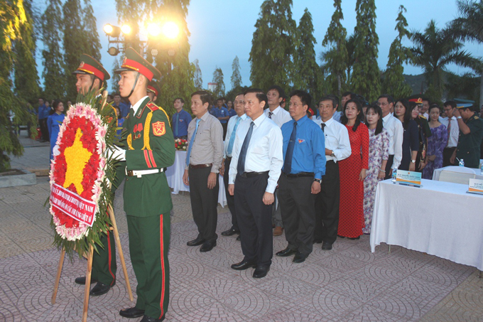 Nguyen Khac Dinh and province's leadership lay wreath in memory of heroic martyrs.