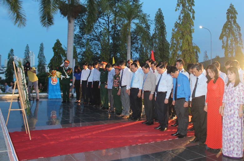 A minute's silence in memory of heroic martyrs
