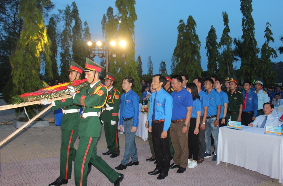 Provincial Youth Union's Standing Committee and its members putting wreath in memory of heroic martyrs.