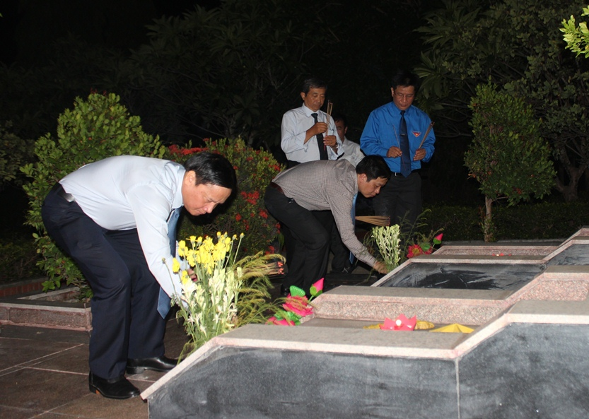 Nguyen Khac Dinh and representatives offering incense to heroic martyrs