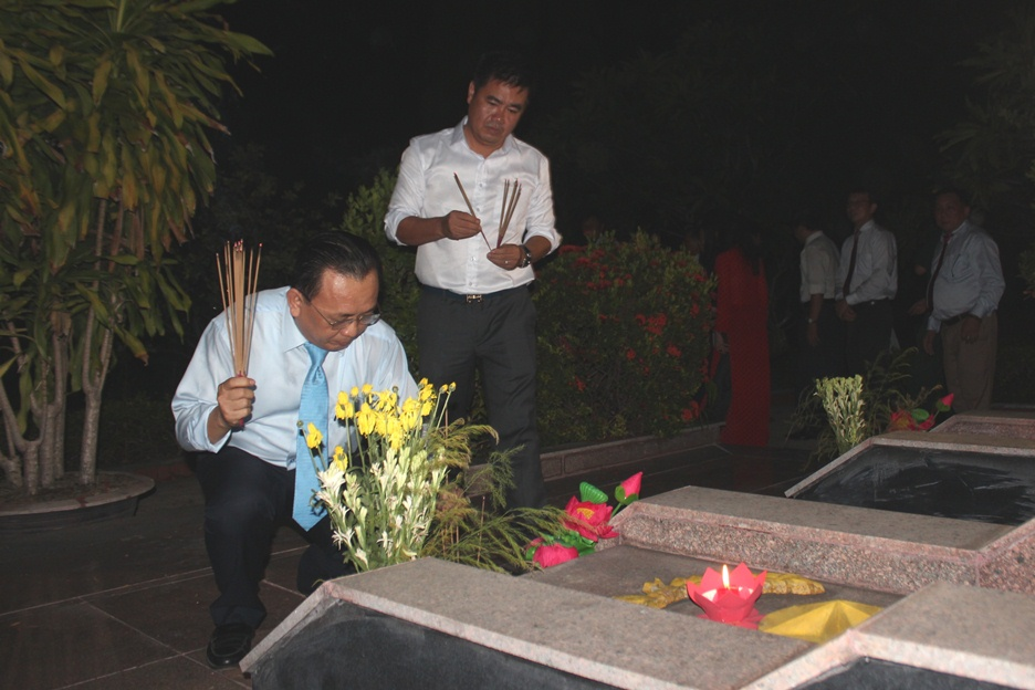 Le Huu Hoang offering incense to heroic martyrs