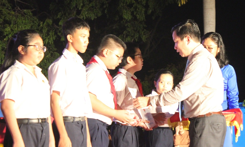 Ha Quoc Tri giving scholarships to pupils from policy families.