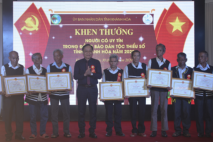 Nguyen Dac Tai offering certificates of merit of provincial People's Committee to prestigious people