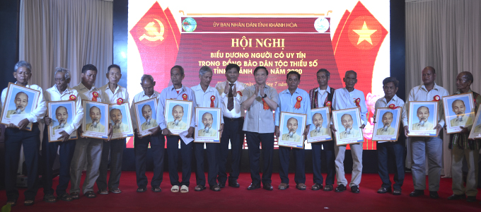 Nguyen Khac Dinh and Y Thong offering gifts to prestigious people