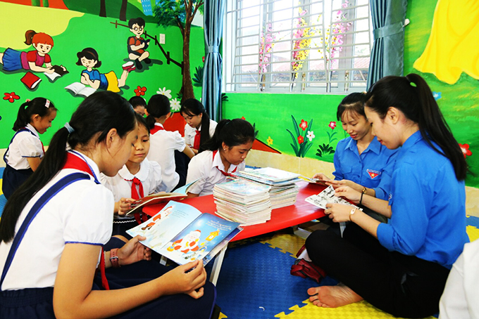 Khanh Hoa's pupils and Youth Union members reading books