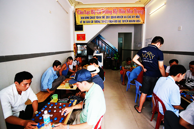 People playing Chinese chess at Ky Huu Nha Trang Chinese Chess Club