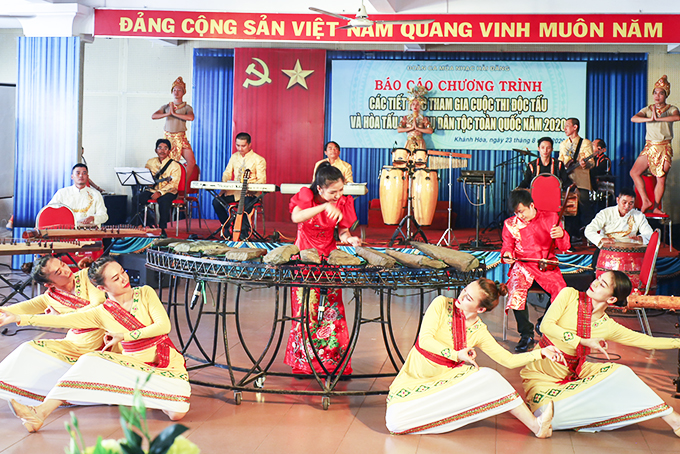 Instrumental ensemble of Hai Dang Song and Dance Troupe