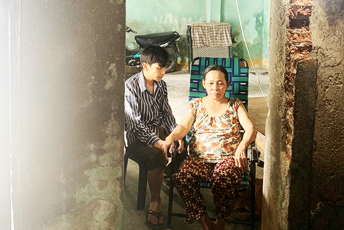 Quyen and her son in their old house