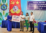 Khanh Hoa Newspaper and some enterprises donate automatic handwashing machines and hand sanitizer to schools
