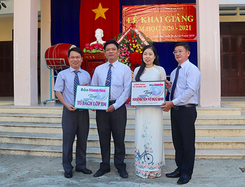 Khanh Hoa Newspaper and businesses offer books and scholarships to needy students
