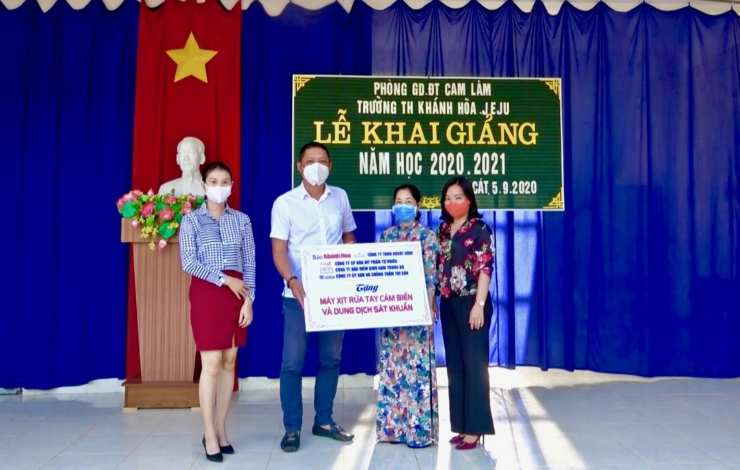 Khanh Hoa Newspaper and businesses offer notebooks and scholarships to primary school children
