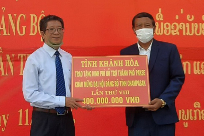 VND400m assistance presented to Pakse City, Champasak Province (Laos)